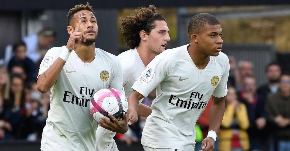 Neymar comemora gol do PSG em vitória sobre o Guingamp
