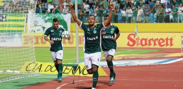 Lateral esquerdo Ernandes comemora gol do Goiás sobre o Fortaleza, em jogo da Série B
