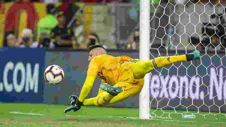 Um dos pênaltis defendidos por Diego Alves no Flamengo foi contra o Emelec, na Libertadores - Alexandre Vidal e Marcelo Cortes/Flamengo