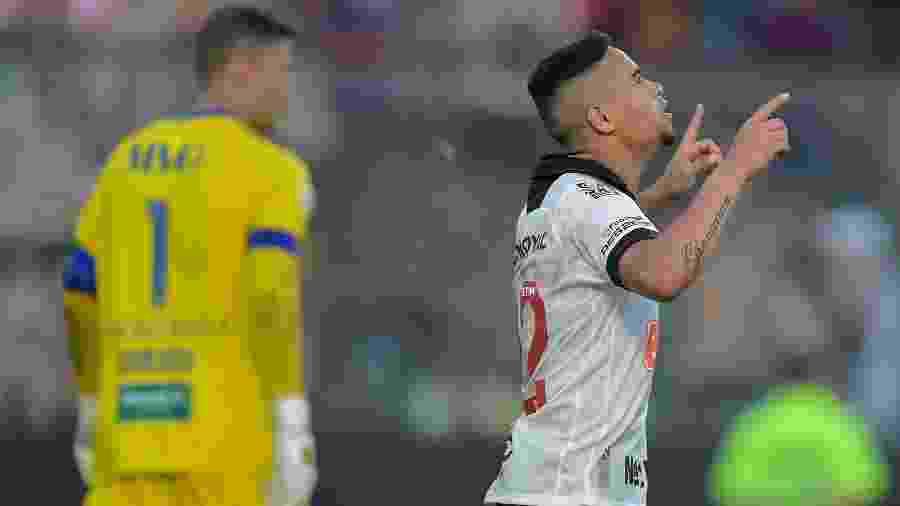 Yago Pikachu comemora gol de pênalti durante partida do Vasco contra o Fortaleza - Thiago Ribeiro/AGIF