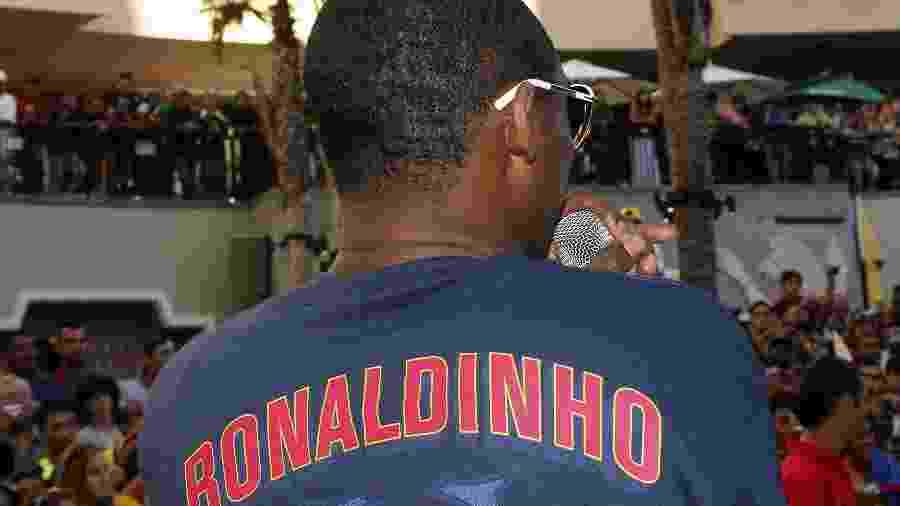 Kobe Bryant veste camiseta de Ronaldinho durante evento em Hollywood - Frederick M. Brown/Getty Images