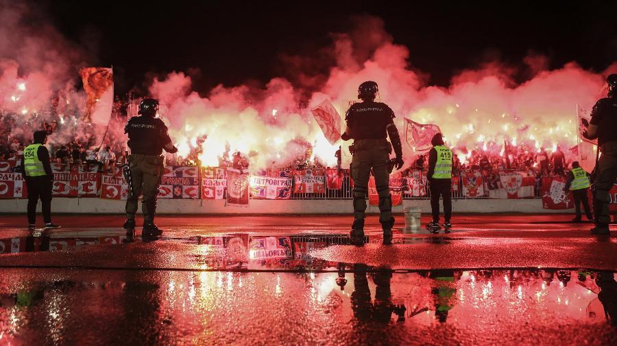 Partida entre Partizan Belgrado e Estrela Vermelha reuniu muitos torcedores na Sérvia - Oliver BUNIC / AFP