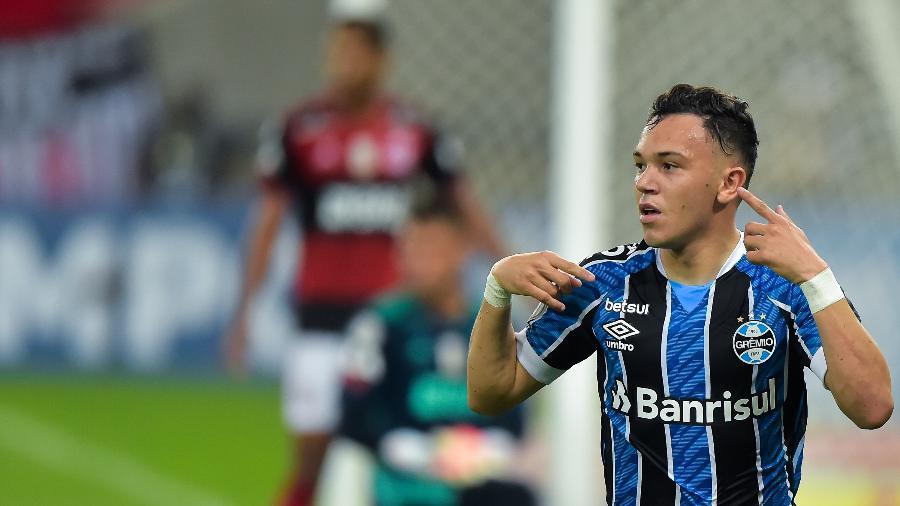 Pepê pode atingir marca de 100 jogos com a camisa do Grêmio, contra o Palmeiras - Thiago Ribeiro/AGIF
