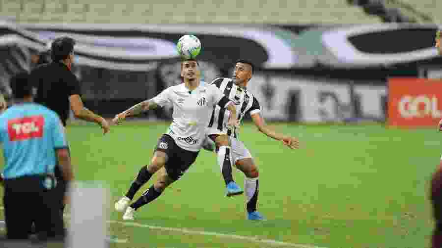 Alison disputa bola na lateral durante o jogo do Santos contra o Ceará - Samuel Andrade/Santos FC