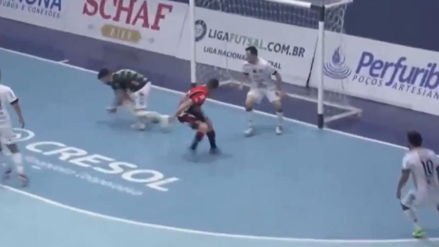 Após letra de Genaro, o goleiro Melão acabou se atrapalhando e deixando a bola entrar - Reprodução