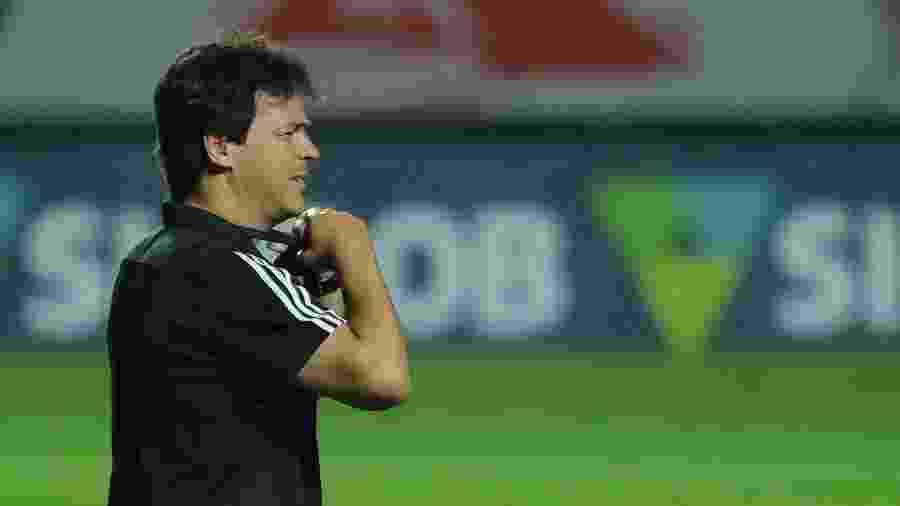 Fernando Diniz focado durante vitória do São Paulo sobre o Goiás - Marcello Zambrana/AGIF