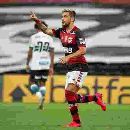 Arrascaeta celebra gol do Flamengo sobre o Coritiba, no Maracanã - Alexandre Vidal / Flamengo