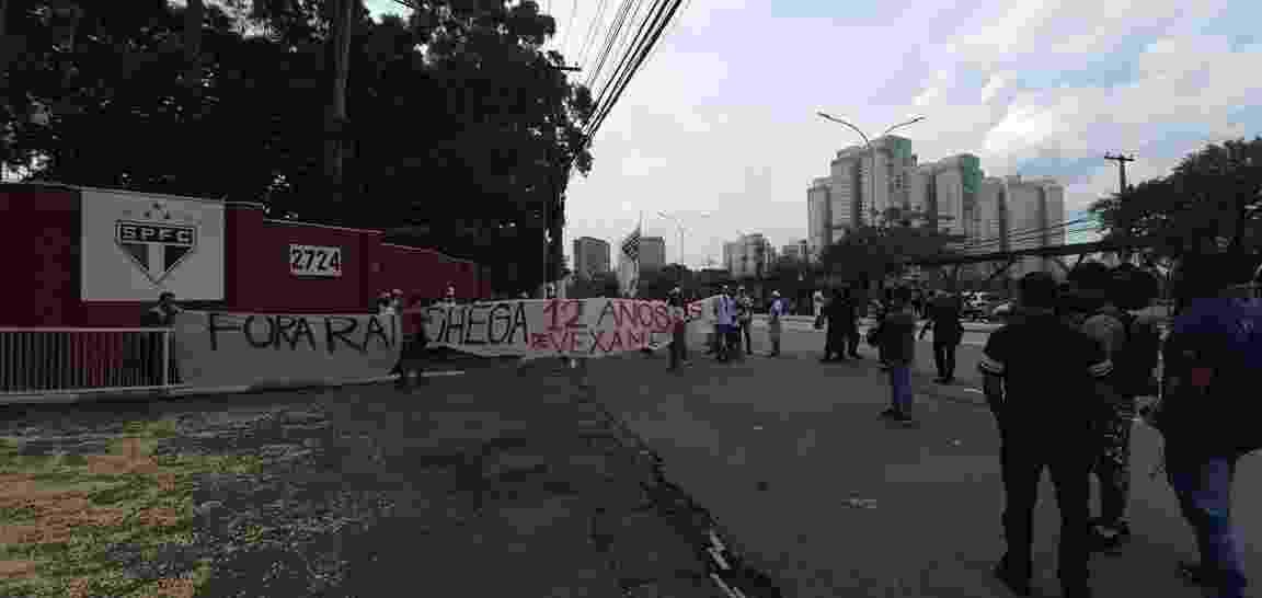 Torcedores do São Paulo fazem protesto em frente ao CT do clube - Felipe Virgili/UOL