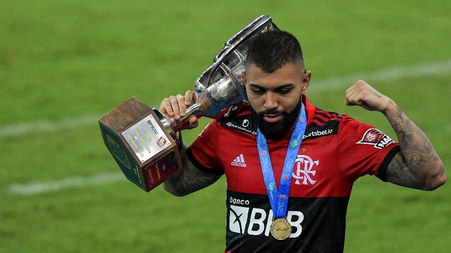 Gabigol, atacante do Flamengo, posa com o troféu da Taça Guanabara - Thiago Ribeiro/AGIF