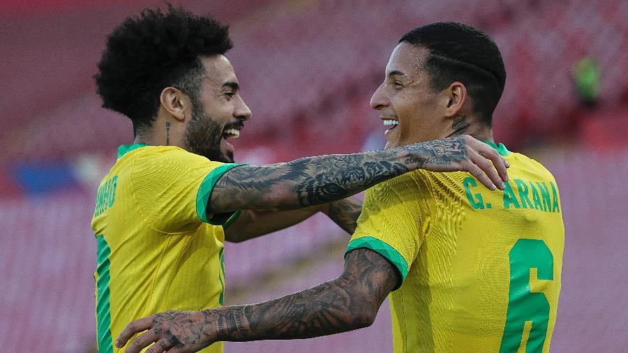Claudinho e Guilherme Arana comemoram gol da seleção olímpica sobre a Sérvia sub-21 - Srdjan Stevanovic/Getty Images