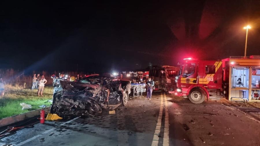 Caminhonete que transportava seis pessoas ficou completamente destruída após choque com ônibus; três pessoas morreram - Divulgação/PRF-SC