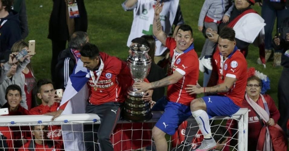 Jogadores subiram no travessão com a taça da Copa América para comemorar