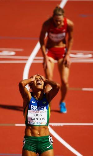 A brasileira Juliana Paula dos Santos comemora a vitória nos 5.000 m