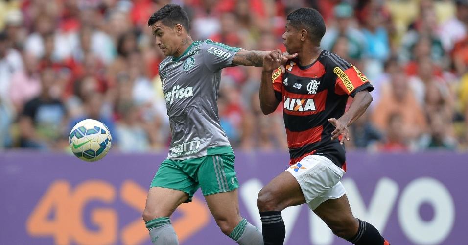 Dudu, do Palmeiras, e Márcio Araújo, do Flamengo disputam bola no Maracanã