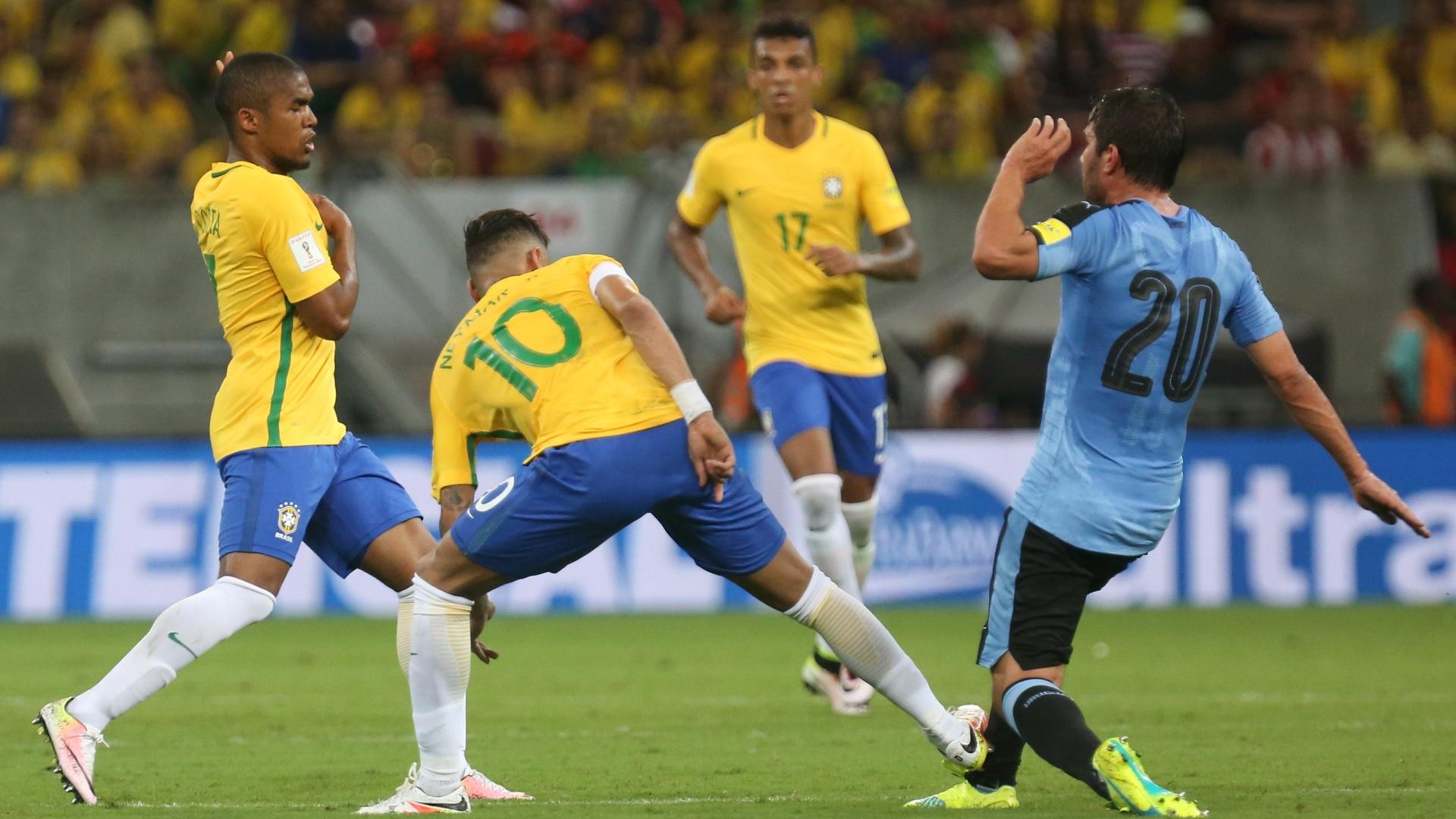 Neymar acerta adversário em falta que levaria o amarelo contra o Uruguai
