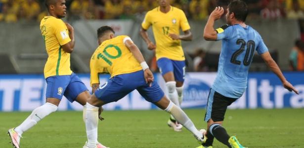 Neymar foi suspenso por causa de cartão amarelo levado após esta entrada - Lucas Figueiredo / MoWA Press
