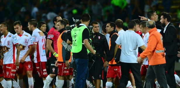 Jogadores do Huracán partem para cima da arbitragem após duelo com Atlético Nacional