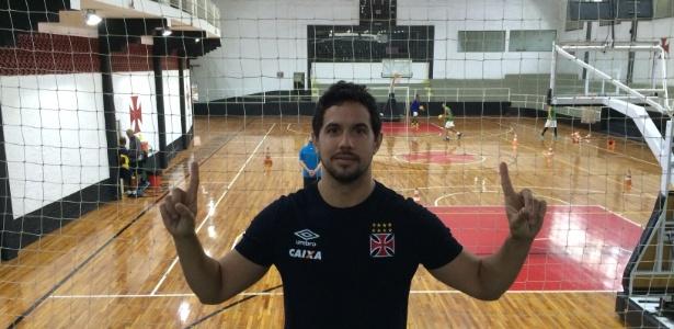 Palacios posa na quadra de São Januário: parece ou não com Martín Silva?