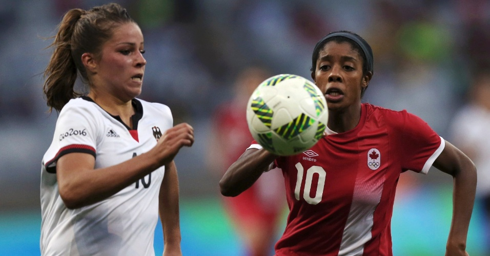 Melanie Leupolz, da Alemanha, e Ashley Lawrence, do Canadá, na disputa da bola na semifinal do futebol feminino