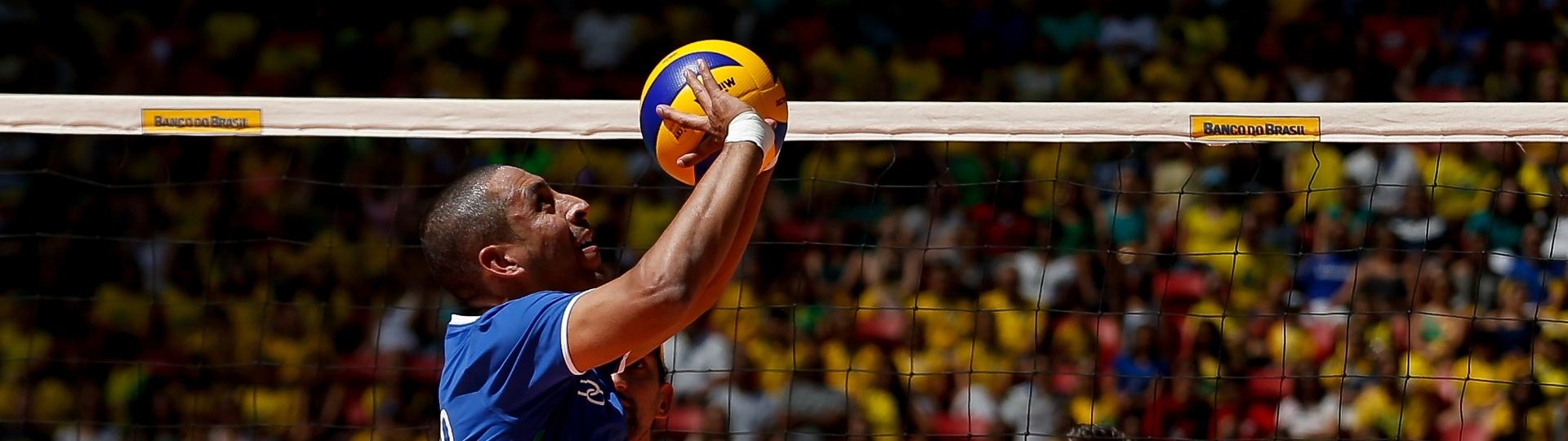 Serginho faz levantamento em sua despedida da seleção brasileira de vôlei