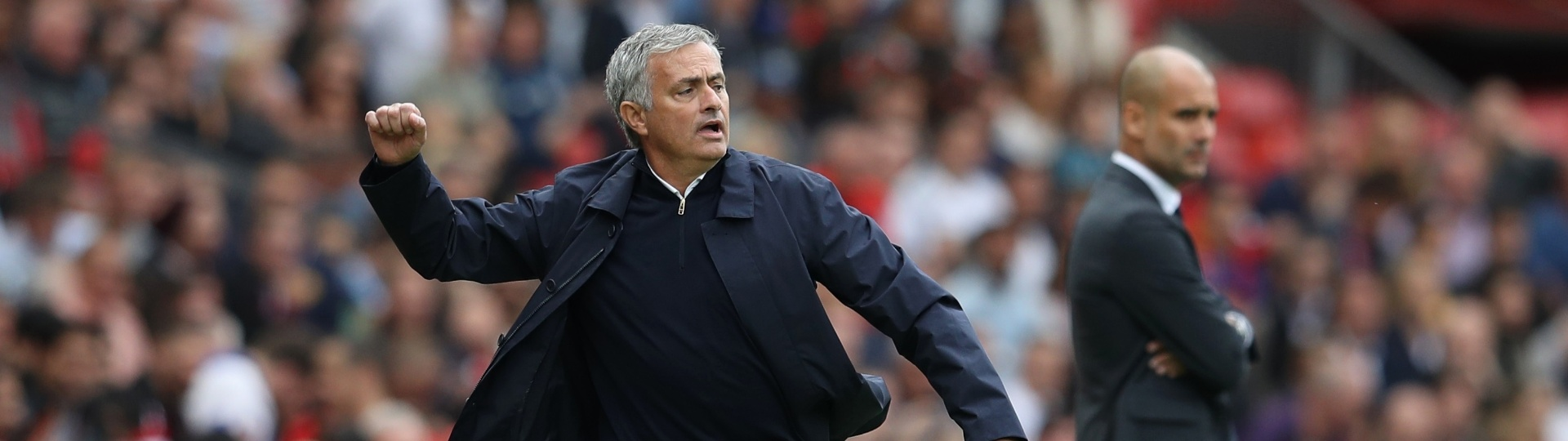 Mourinho orienta time do United na beira do campo durante clássico contra o Manchester United, no Campeonato Inglês