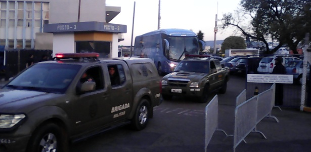 Ônibus do Grêmio deixa aeroporto de Porto Alegre sob forte escolta e protesto da torcida