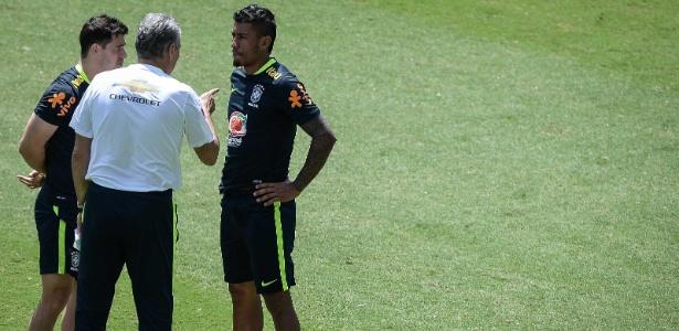 Giuliano e Paulinho conversam com Tite no início do treinamento deste domingo