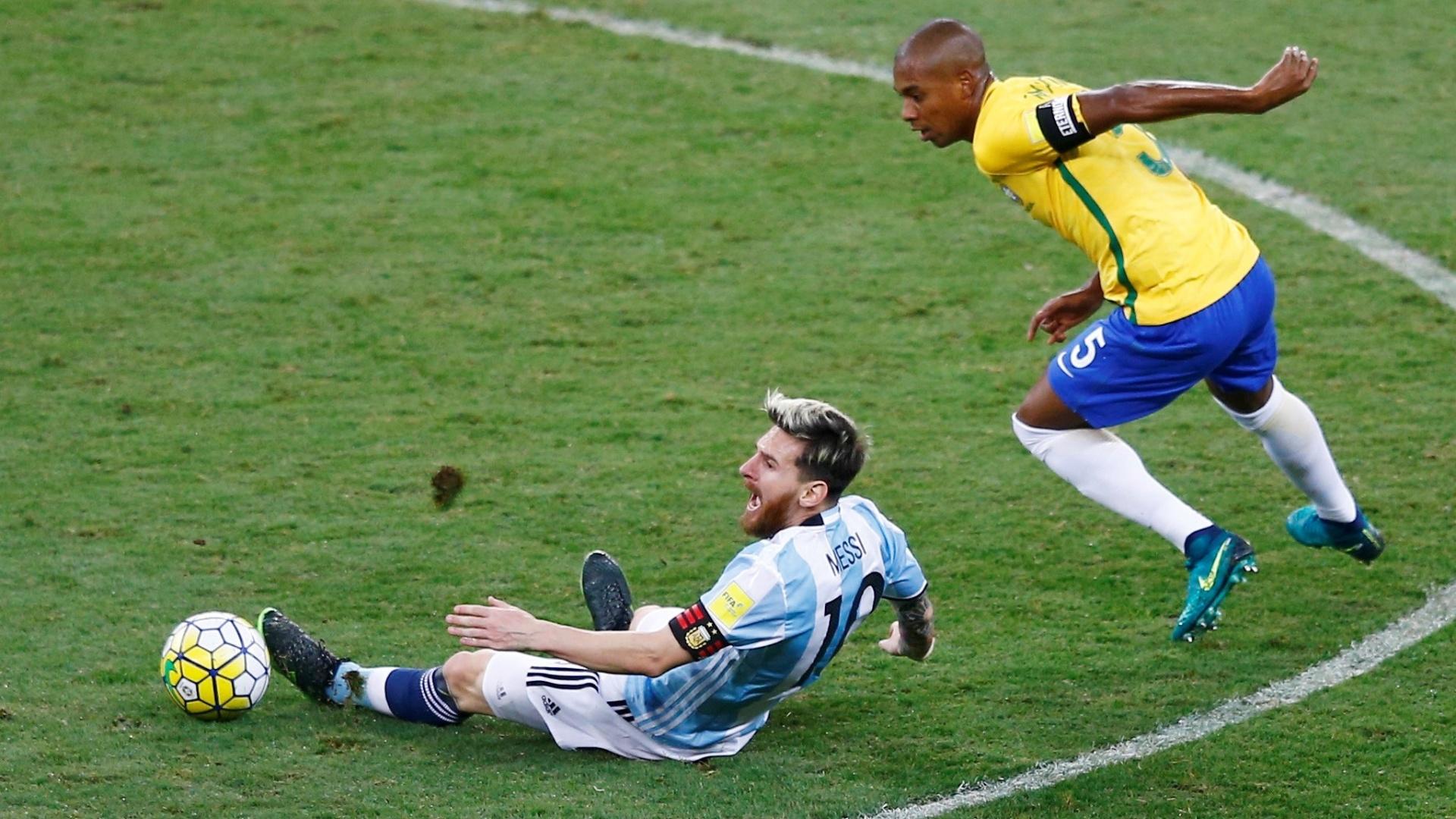 Messi reclama de mais uma falta de Fernandinho