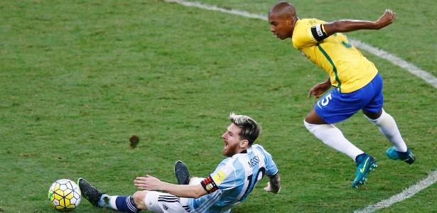 Fernandinho (d) em ação em duelo contra Argentina; meia será capitão diante do Peru