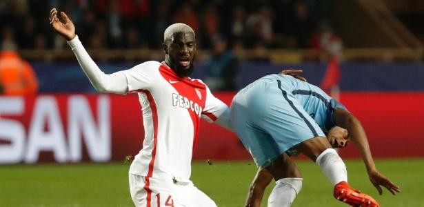 Tiemoué Bakayoko disputa bola na partida entre Monaco e Manchester City pela Liga dos Campeões
