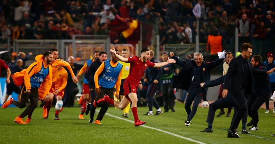 Jogadores da Roma correm após Manolas marcar o terceiro gol sobre o Barça