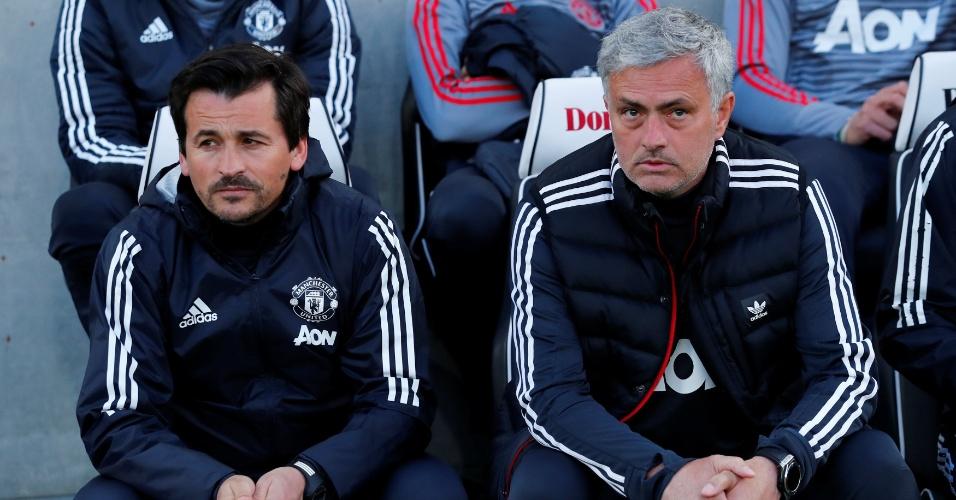Mourinho ao lado de seu assistente Rui Faria, em jogo pelo United