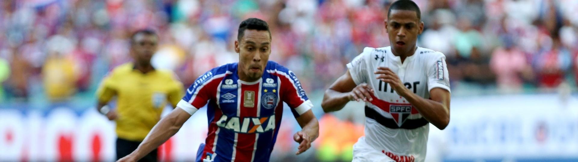 Edigar Junio arma chute à frente de Bruno Alves durante Bahia x São Paulo