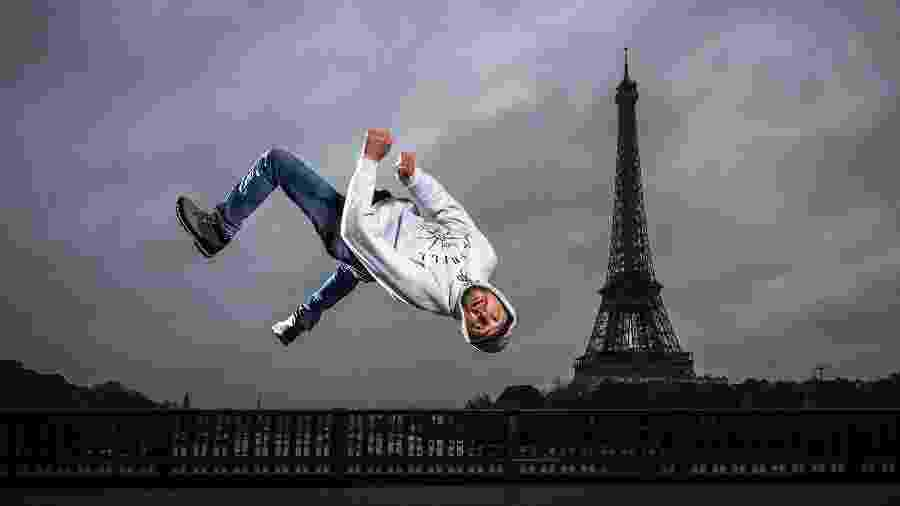 B-boy Sos pratica break dance em frente à Torre Eiffel - Lionel Bonaventure/AFP