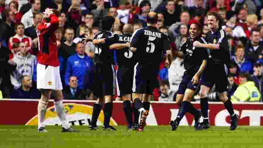 Ronaldo celebra com jogadores do Real Madrid após marcar contra o Manchester United - Laurence Griffiths/Getty Images
