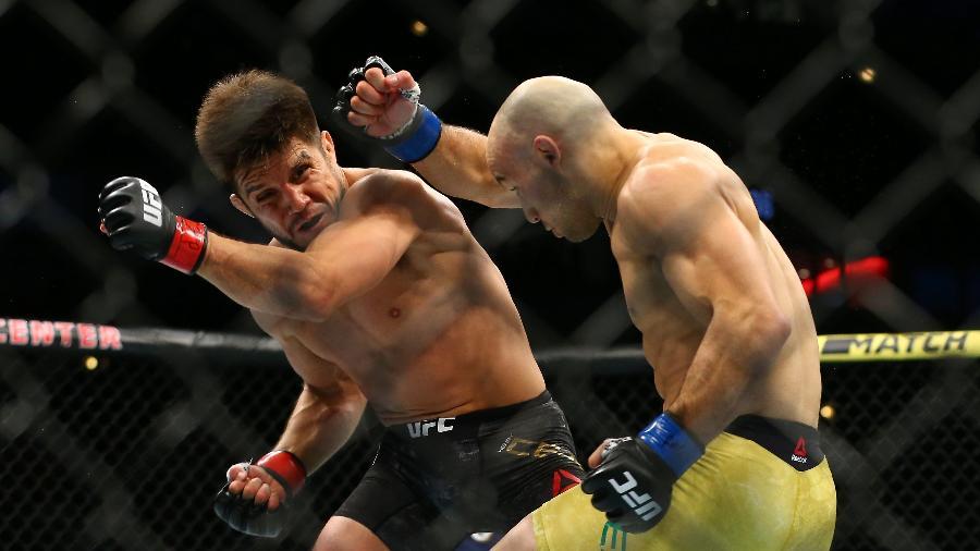Henry Cejudo e Marlon Moraes trocam golpes no UFC 238 - Rey Del Rio/Getty Images