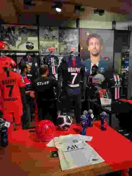 Loja do Paris Saint-Germain exibe produtos com nome de Mbappé - João Henrique Marques/UOL Esporte