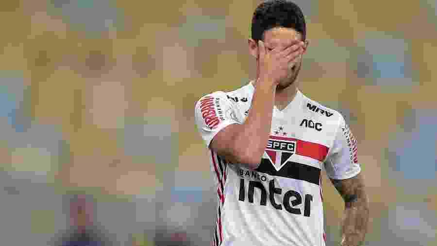 Alexandre Pato lamenta lance perdido durante partida entre São Paulo e Fluminense no Maracanã - Thiago Ribeiro/AGIF