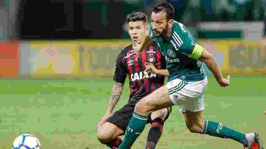 Edu Dracena e Bruno Nazario dividem bola durante Palmeiras x Atlético-PR - Daniel Vorley/AGIF