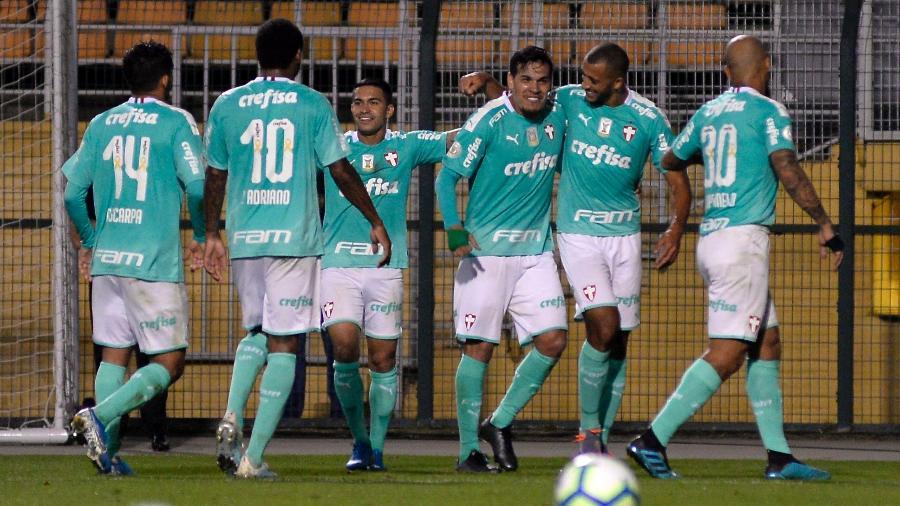 Gustavo Gómez comemora gol do Palmeiras ao lado de Vitor Hugo: defesa voltou a ser ponto forte - Bruno Ulivieri/AGIF