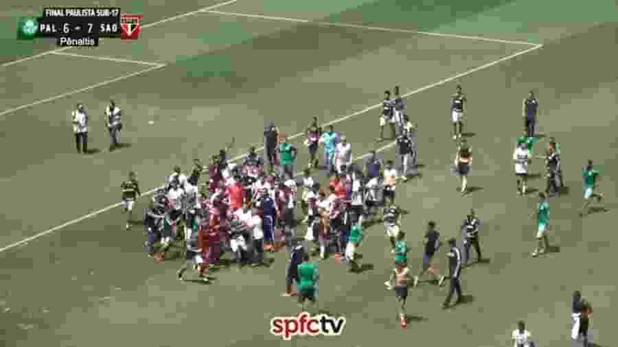 Palmeirenses foram para cima de jogadores do São Paulo durante festa por título - Reprodução/SPFCtv