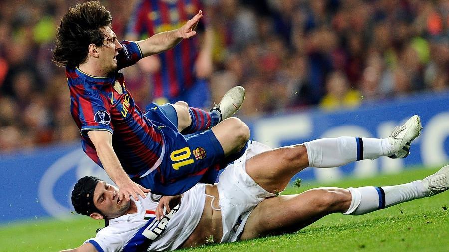 Messi é desarmado por Chivu, durante jogo entre Barcelona e Inter de Milão, na temporada 2009/10 - AFP