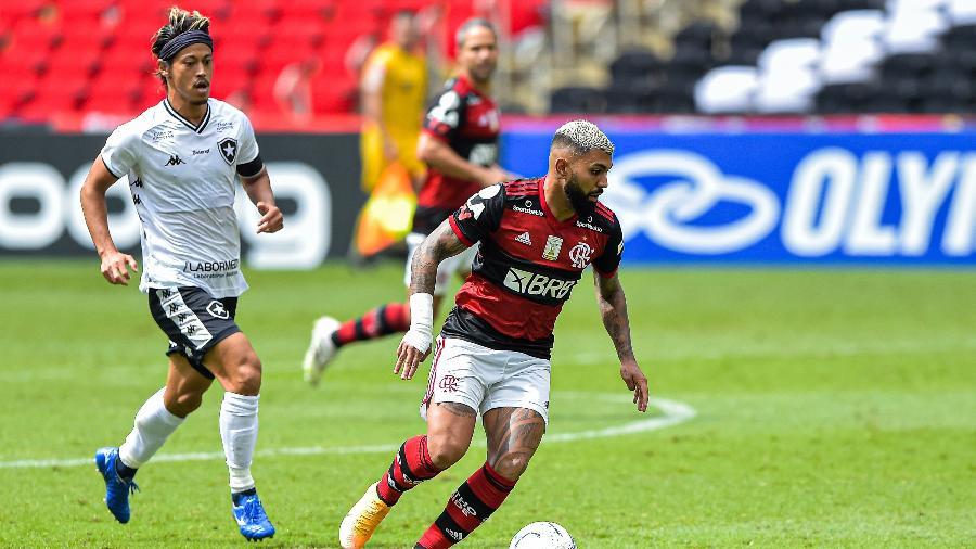 Honda e Gabigol durante o clássico Flamengo x Botafogo. Camisa 9 se lesionou na partida - Thiago Ribeiro/AGIF