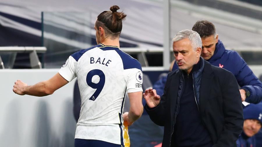 Bale e Mourinho conversam durante jogo do Tottenham contra o West Ham, pelo Campeonato Inglês - Clive Rose/Getty Images