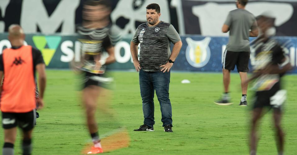 Eduardo Barroca, técnico do Botafogo, durante aquecimento antes da partida contra o Athletico-PR