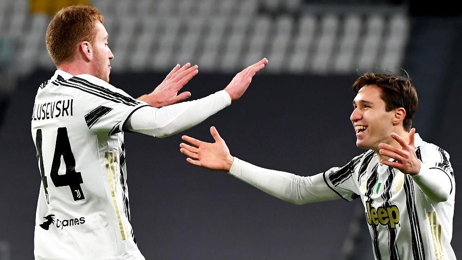 Kulusevski e Chiesa comemoram o gol da Juventus - ISABELLA BONOTTO/AFP
