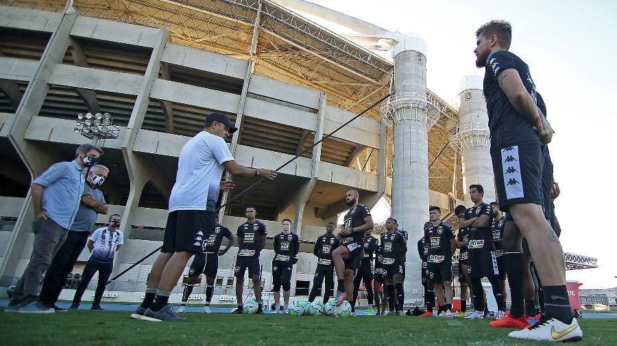 Marcelo Chamusca conversa com o elenco do Botafogo durante treinamento - Vítor Silva/Botafogo