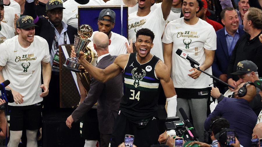 Giannis Antetokounmpo ergue troféu de MVP das finais da NBA - Jonathan Daniel/Getty Images/AFP
