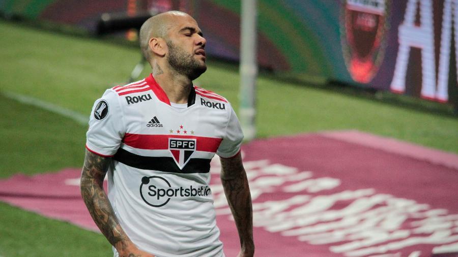Daniel Alves lamenta durante Palmeiras x São Paulo pela Libertadores - VINICIUS NUNES/AGÊNCIA F8/ESTADÃO CONTEÚDO