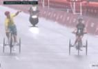Ciclista paralímpico desacelera para incentivar atleta em outra prova